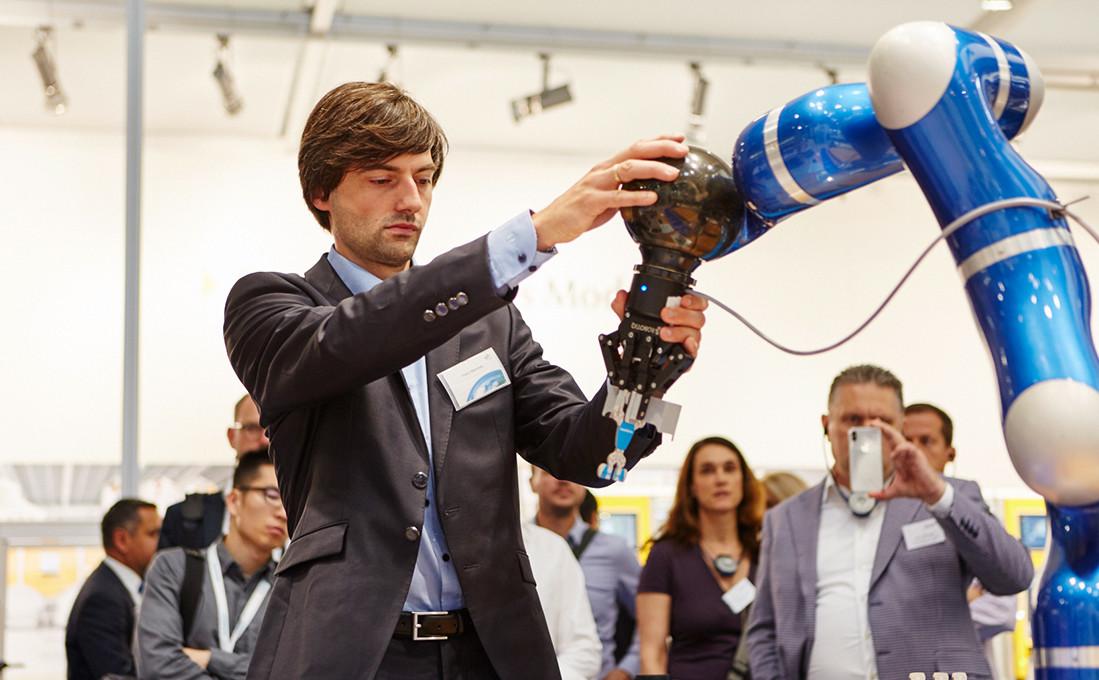 Roboter wie dieser werden künftig fester Bestandteil in Fertigung und Chirurgie sein