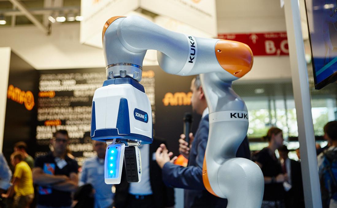KUKA meets Schunk: Smarte Greifer interagieren mit ihrer Umwelt und werden zu unverzichtbaren Helfern in der Fabrik der Zukunft.