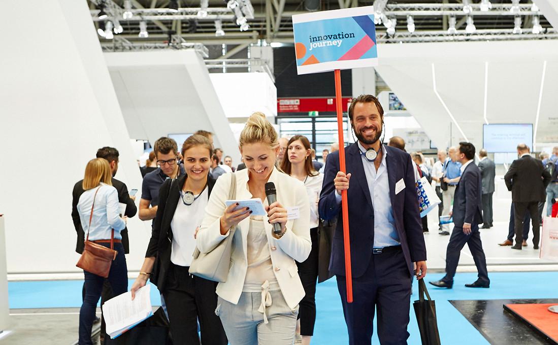 Die Teilnehmer der Innovation Journey beim Besuch der automatica