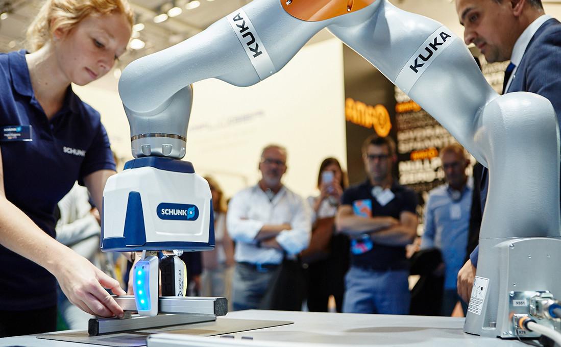 """Der Roboter muss nicht zwingend Arbeitsplätze ersetzen, sondern kommt im Rahmen der sog. """"Servicerobotik"""" in der Fertigung as handreichender Assistent zum Einsatz, hier nochmal mit einem Beispiel der Firma Schunk."""
